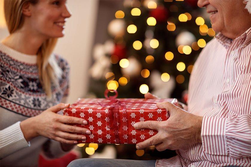 Что подарить родным на Новый год 2022: идеи подарков для папы, мамы, бабушки и дедушки, брату или сестре