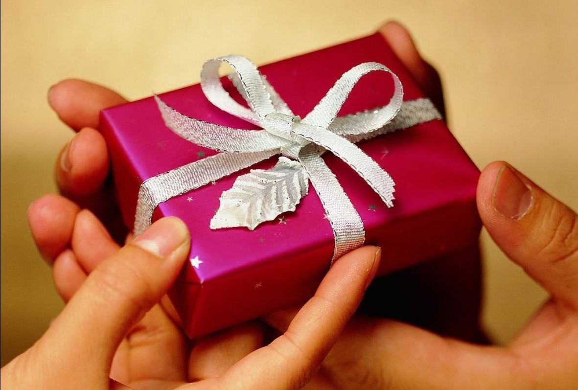 Подарки друзьям на Новый год 2022: самые оригинальные, недорогие, смешные подарки для парней и девушек